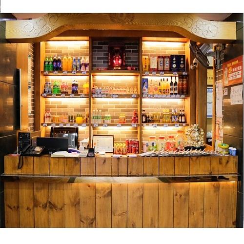 一家有特色的串串香店,装修风格是现代中式 ,既时尚又不失大气