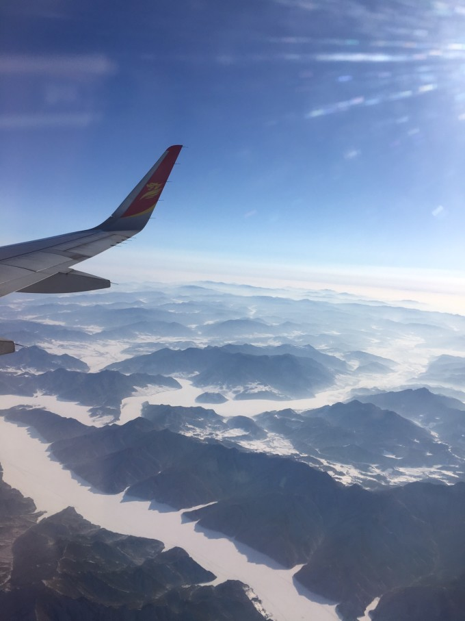 机窗外头顶蓝天脚踏白云的景色让我这个第一次坐飞机的人一度不舍睡去