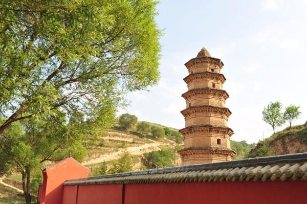 璎珞宝塔位于彭阳县城东北60公里的冯庄乡小湾村牛湾组宋家台与小岔乡