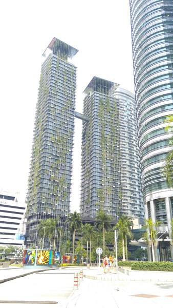 酒店就在双子塔旁边
