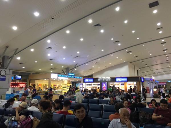 13          凌晨3:40时,飞机提前降落在浦东机场.