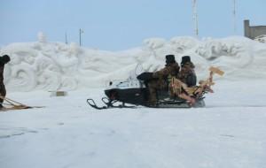 【抚远图片】昨天抚远下了一天的雪,今天天气晴朗,一个人开车去江边溜达拍点儿照片!无意间遇到了巡逻归来的兵哥哥
