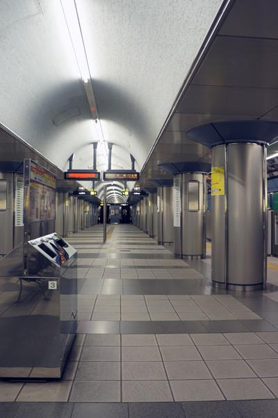 大阪商务公园站在长堀鹤见绿地线上,坐到心斋桥可以换御堂筋线,然后3