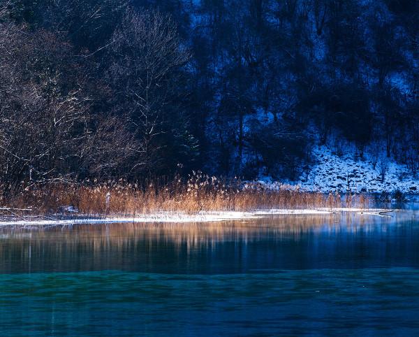 五花海    也是一个美丽的海子,冬天不会冻结,海子周围山上虽然少了
