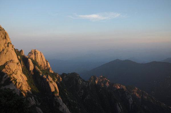 悬崖上的松树香-黄山