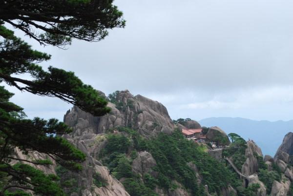 """微云"""".   玉屏峰与天都峰全貌:   雀身及长尾附着在莲蕊峰的峭壁上"""