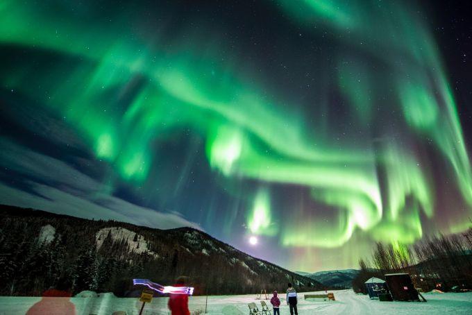 1、进入北极圈  进入北极圈可以看到极地地貌,获颁北极圈证书,到北极圈内北美最北的小镇,是非常难得的经历。 进入北极圈唯一的一条公路——道顿公路是私有的,没有许可证无法进入。所以必须要专业的旅行公司带大家进入北极圈。主要有飞机和大巴两种交通方式,进出如何搭配最合适呢?按照推荐程度,我的排序如下:  飞机进大巴出——下午2点坐小飞机进入北极圈内腹地、北美最北的小镇COLDFOOT,然后坐四驱大巴车返回费尔班克斯,晚上极光小木屋观测完毕后,0点左右到酒店。 优点