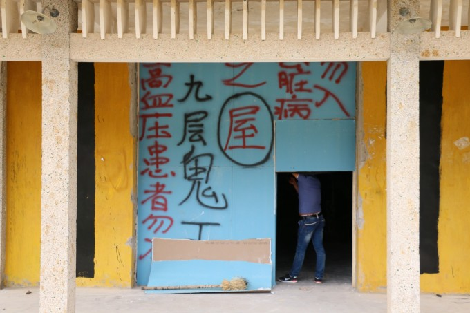 在甘肃阿克塞  电影九层妖塔拍摄基地,居民已经搬到新县城去了,现在