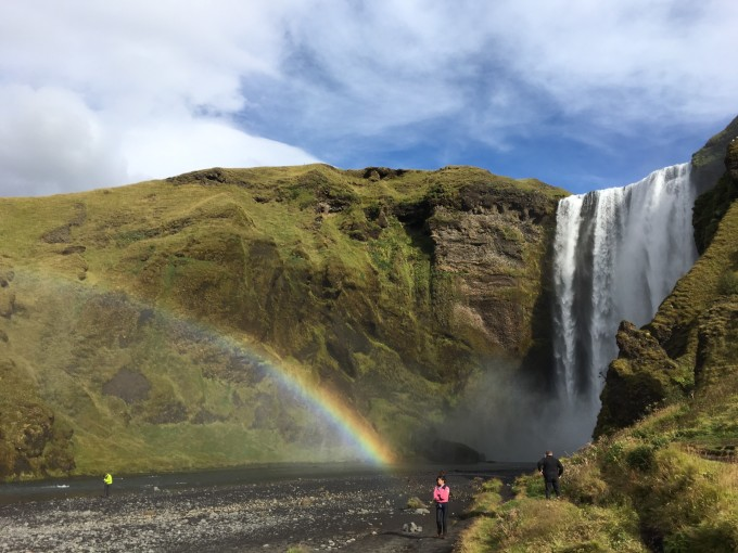 """冰岛为什么叫冰岛? 冰岛地处高纬度,北靠北极圈;岛上多积雪和冰川。其名字也由此而来。它的国土有八分之一被冰川覆盖。冰岛的英文名字为Iceland,意思就是冰冻的陆地。 冰与火的冰岛? 说冰岛寒冷,却有些错怪她了,叫它冰火岛,也许更贴切些。虽然它名为""""冰冻的陆地"""",而实际上这块游离于北欧大陆之外的岛国,却是绿草茵茵,地热丰富,渔业发达的富饶国家。 冰岛位于北大西洋北部,美洲板块和欧洲板块的交汇处。它既是欧洲第二大岛屿,又是地球上唯一位于板块交汇处的岛国。它是这样一个有着如此千变万化"""