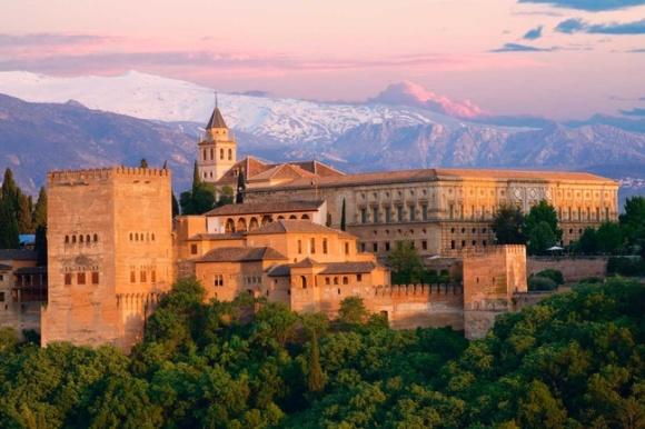 """阿尔罕布拉,意为""""红色之城"""",它建于13世纪上半叶,是西班牙伊斯兰教最后的军事要地和历代国王的居城,也是西班牙宗教历史变迁的舞台,因而可以说是集伊斯兰文明之大成于一身的经典之作,1984年被选入联合国教科文组织世界文化遗产名录之中。阿尔罕布拉宫主要由要塞部分的阿卡萨巴城堡、纳塞瑞斯皇宫及作为夏宫的赫内拉里菲宫组成,其中的狮子庭院、爱神木中庭等都也是不容错过的景点。另外,登上最西端的瞭望塔,可以俯瞰以大教堂为中心的格拉纳达城市全貌。 【请注意】9月所有上午场(14:00前)已无位置"""
