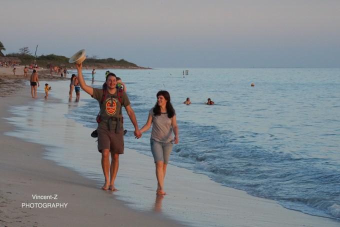 看着这温馨的一家人踏浪逆光远去的背影,着实动人之极令人艳羡!图片