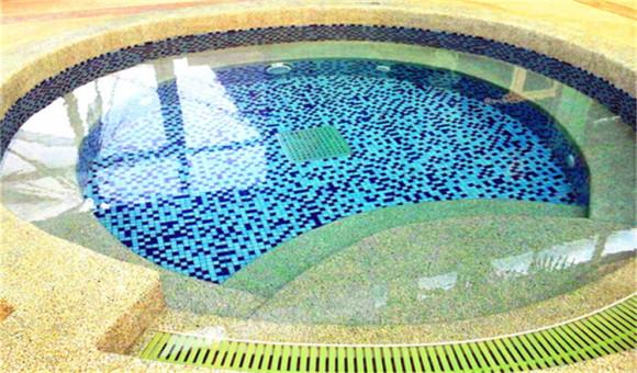 终年恒温恒湿+24小时水循环——独一无二的超优健康水质,蓝帕小镇目前是处于国内领先地位的水体健身概念馆,利用国内一流的资深专业管理团队,采用国际先进的微电脑水监测仪、紫外线中压杀菌系统保障水质,场馆内终年保持恒温恒湿及不间断的水循环,单池2-3小时完成一个水循环,环境更清新,水质更清洁,让您的休闲体验更健康、更尽兴。  五星级设施、环境和服务,一票制体验——代言北京游泳、温泉及SPA水疗健身新概念,蓝帕小镇设有游泳训练池、儿童教学池、25米的专业游泳池、水疗
