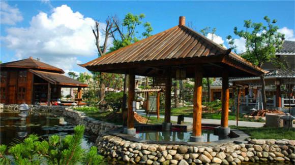 大型露天温泉公园 综合性温泉旅游度假区 这里,充分挖掘千年古汤头温泉文化、儒家文化,结合博大精深的八百里沂蒙山的民间中医特色,赋予温泉深刻独特的文化内涵。在绿林掩映之间,沐浴温泉,氤氲的水汽,汩汩滑过肌肤的清泉,冲走连日的疲惫,带给你释放身心的惬意。  再现和风唐韵 回到大唐 这里有儒风古韵、蒙山沂水、绿色沂蒙、丽人养颜、名花名石、异国风情、蒙山三宝等11大系列主题温泉、80多个室内外温泉泡池,60多个露天温泉。这里还设有大型室内SPA区、游泳池、水上乐园、梦幻水屋、温泉滑道等。  休闲假日 释放身心的好