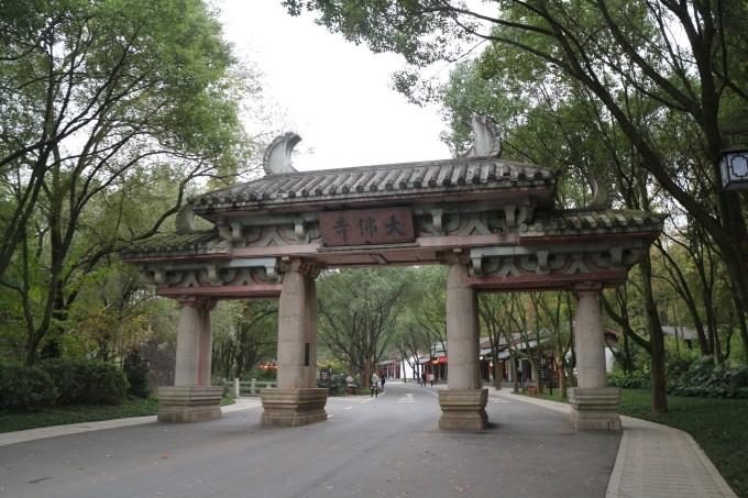大佛寺入口,石城 入口的小和尚和可爱有木有?
