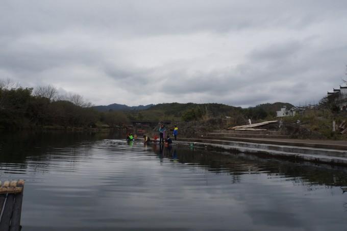 这边村子用水很简单,洗衣服、洗菜、洗任何东西都是在河边.   从另图片